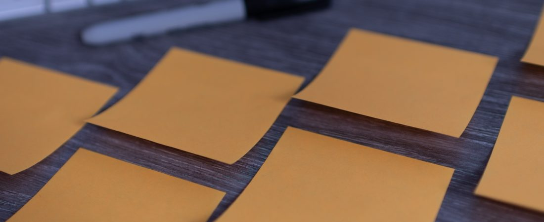 oransje post-it lapper